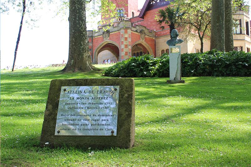 Catalina de erauso fue una mujer que se escapó de un convento ubicado en los terrenos del actual Palacio de Miramar. Huyó disfrazada de hombre para enrolarse en las américas.