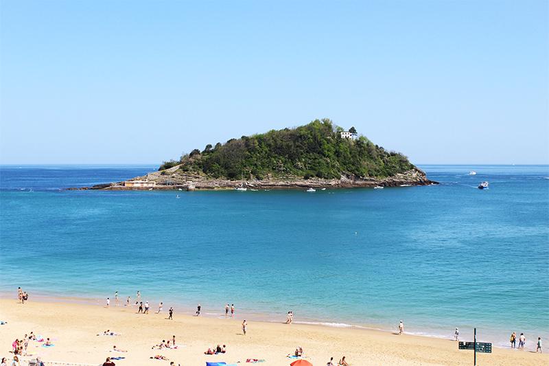 Desde los jardines del Palacio de Miramar de San Sebastián puedes obtener una maravillosa vista de la Isla Santa clara. a muy pocos minutos del hotel la galeria, en el barrio de ondarreta