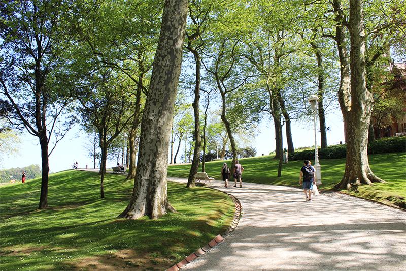 pasear por el palacio miramar es un lujo. estos jardines estan muy cerca del conocido hotel la galeria de san sebastian, ubicado en primera linea de playa de la concha
