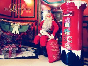 felicitación de navidad del Hotel La Galeria de san sebastian. Santa klaus en la recepcion del hotel la galeria
